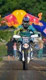 СИБИУ, РУМЫНИЯ - 18-ОЕ ИЮЛЯ: Stefan Graw состязаясь в красном ралли Bull ROMANIACS трудном Enduro с мотоциклом Endurides Стоковое фото RF