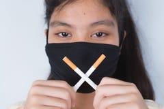 Сигарета в девушке и показывать руки визуальный контакт уныло стоковое изображение