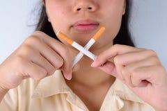 Сигарета в девушке руки стоковые изображения rf