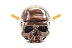 Сигарета в человеческом ashtray черепа Стоковое Фото