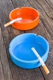 Сигарета в ashtray на деревянной предпосылке стоковое фото