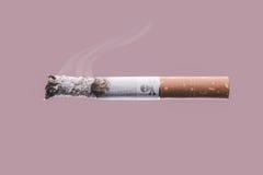 Сигарета горя с символом черепа и косточек Стоковые Фотографии RF