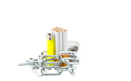 Сигарета, лихтер и цепи i стоковое изображение