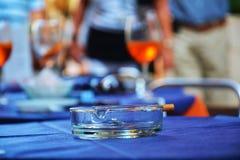 Сигарета и ashtray Стоковые Фото