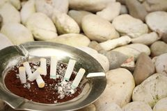 Сигарета с ashtray на каменной предпосылке Стоковое фото RF