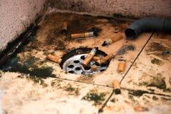 Сигареты и грязь стоковые фото