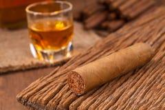 Сигары и виски на старом деревянном столе Стоковая Фотография RF