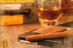 Сигары и виски на старом деревянном столе Стоковое Изображение