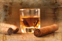 Сигары и виски на старом деревянном столе Стоковые Фото