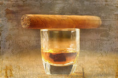 Сигары и виски на старом деревянном столе Стоковая Фотография