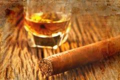 Сигары и виски на старом деревянном столе Стоковые Изображения