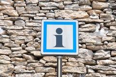 Сигналы, символы и объекты на дороге в Франции Стоковое фото RF