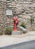 Сигналы, символы и объекты на дороге в Франции Стоковые Изображения