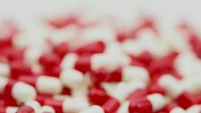 Сигнал вне и фокус на красных и белых антибиотиках capsule пилюльки Концепция устойчивости к лекарственному средству Потребление  сток-видео