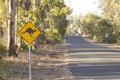 Сигнал кенгуру на сельской дороге Перте Австралии славной Стоковое фото RF