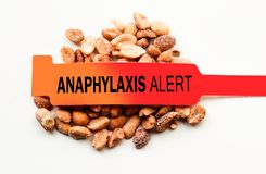 Сигнал тревоги анафилаксии над арахисами Стоковое фото RF