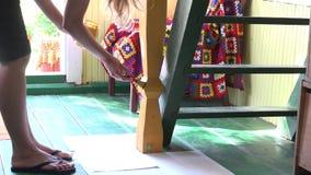 Сигнала цвета желтого цвета штендера краски женщины вне комната деревянного сельская 4K акции видеоматериалы