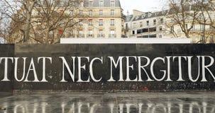 Сигнал-вне от Nec Mergitur Fluctuat в Place De La Republique, Париже видеоматериал