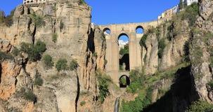 Сигналит внутри взгляд на мосте Puente Nuevo в Ronda акции видеоматериалы