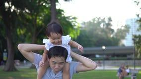 Сигналит внутри замедленное движение азиатского отца и молодого ребёнка видеоматериал