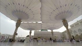 Сигналит внутри промежуток времени в верующих Medina Саудовской Аравии мусульманских моля сток-видео
