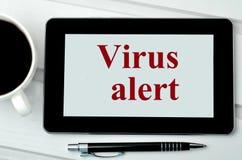 Сигнал тревоги вируса слов на цифровой таблетке Стоковая Фотография RF