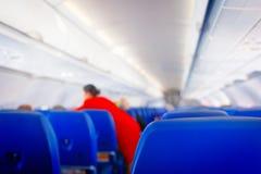 Сиденье пассажира в самолете, интерьер самолета и предпосылка stewardess Stewardess представляет обслуживания для пассажиров стоковые фото