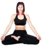 Сидеть женщины meditating в положении йоги Стоковая Фотография