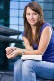 сидеть кавказской девушки милый ослабляя стоковая фотография rf