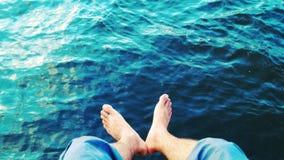 Сидеть кроме озера стоковое фото rf