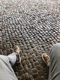 Сидеть над булыжниками стоковое фото