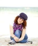 сидеть песка девушки пляжа смешной предназначенный для подростков Стоковая Фотография RF
