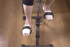 Сидеть старшей женщины pedaling на стуле Стоковые Изображения
