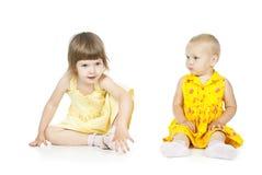 Сидеть 2 маленьких девочек стоковая фотография rf