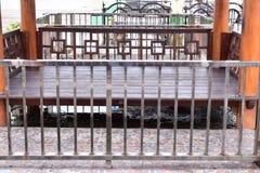 Сидите в общественном месте стоковые фото