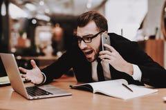 сидите Говорить на телефоне костюм бизнесмена s проект стоковое изображение