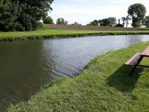 Сидите около узкого прохода озера стоковая фотография