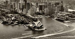 СИДНЕЙ - 10-ОЕ НОЯБРЯ 2015: Горизонт города черно-белый как увидено Стоковое Фото