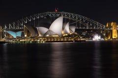 Сидней, NSW/Australia: Мост гавани и оперный театр на ноче стоковое изображение