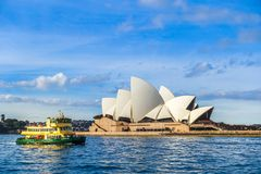 Сидней, NSW/Australia- 18-ое июня 2016: Паром около оперного театра Сиднея стоковые изображения rf