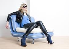 сидя женщина софы Стоковое Изображение RF
