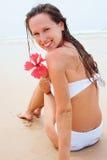 сидя женщина swimsuit smiley белая Стоковое Фото