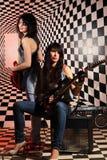 Сидя и стоя женщины с электрической гитарой в студии Стоковое Изображение RF