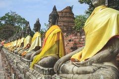 Сидя переулок Buddhas стоковая фотография