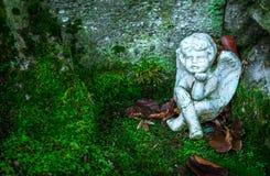 Сидя статуя ангела Стоковое Фото