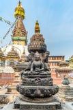 4 сидя buddhas перед stupa Kaathe Swayambhu ShreeGha Chaitya стоковые изображения