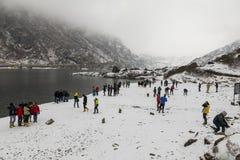 СИККИМ, ИНДИЯ, 9-ое марта 2017: Туристы на озере Tsomgo Changu Стоковые Фотографии RF