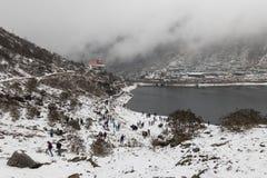 СИККИМ, ИНДИЯ, 9-ое марта 2017: Туристы на озере Tsomgo Changu Стоковые Изображения RF