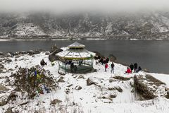 СИККИМ, ИНДИЯ, 9-ое марта 2017: Туристы на озере Tsomgo Changu Стоковое Фото