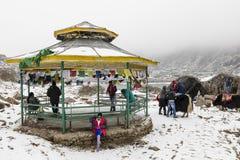 СИККИМ, ИНДИЯ, 9-ое марта 2017: Туристы на озере Tsomgo Changu Стоковое Изображение RF